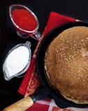 Pannekoeken met rode kaviaar Royalty-vrije Stock Afbeeldingen