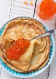 Pannekoeken met rode kaviaar Stock Afbeelding