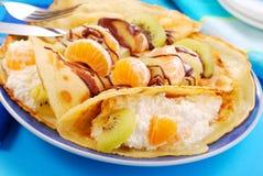 Pannekoeken met sinaasappel, kiwi en kwark Royalty-vrije Stock Foto