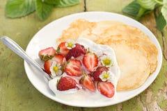 Pannekoeken met verse aardbeien royalty-vrije stock foto