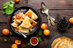 Pannekoeken met verse blackcurrant en abrikozenjam Royalty-vrije Stock Foto's