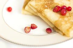 Pannekoeken met verse rode bessen van aardbei en rode aalbes Royalty-vrije Stock Foto's