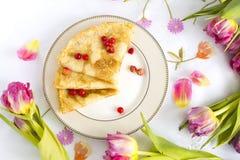 Pannekoeken met verse rode bessen van aardbei en rode aalbes Stock Foto