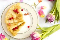 Pannekoeken met verse rode bessen van aardbei en rode aalbes op witte porseleinplaat Stock Foto's