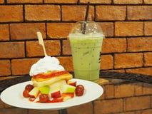 Pannekoeken met verse vruchten, slagroom en ijs groene thee, Royalty-vrije Stock Fotografie