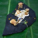 Pannekoeken met vlees en paddestoelen worden verpakt die Stock Fotografie