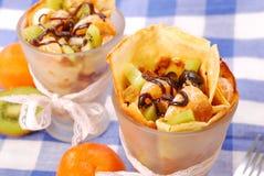 Pannekoeken met vruchten die met chocolade worden gegoten Stock Afbeelding