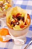 Pannekoeken met vruchten die met chocolade worden gegoten Royalty-vrije Stock Foto's