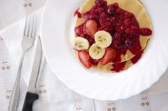 Pannekoeken met vruchten op lijst Royalty-vrije Stock Foto's