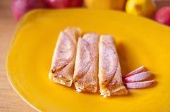 Pannekoeken met witte kaas en appelen Stock Foto