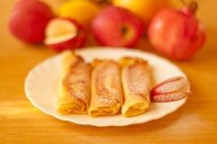 Pannekoeken met witte kaas en appelen Stock Fotografie