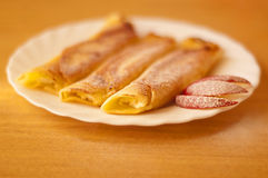 Pannekoeken met witte kaas en appelen Royalty-vrije Stock Foto's