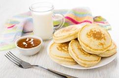 Pannekoeken in plaat, servet, kom met abrikozenjam, melk Royalty-vrije Stock Afbeelding