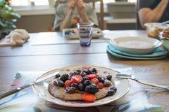 Pannekoeken van boekweit flourwith bessen worden gemaakt voor ontbijt dat Royalty-vrije Stock Foto's