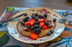 Pannekoeken voor ontbijt met bessen en jam Stock Foto's