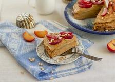 Pannekoekpastei met karamelroom en fruit royalty-vrije stock afbeeldingen