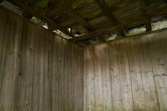 Pannellatura di legno nel deposito abbandonato della polvere nera della cava Immagini Stock