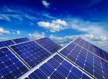 Pannelli di batteria solare contro cielo blu Immagini Stock Libere da Diritti