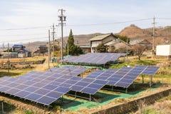 Pannelli di energia solare, moduli fotovoltaici per energia verde dell'innovazione fotografia stock libera da diritti
