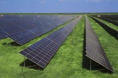 Pannelli di Sollar nel campo verde Fotografie Stock Libere da Diritti