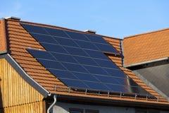 Pannelli fotovoltaici di energia di energia solare Fotografia Stock Libera da Diritti