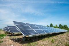 Pannelli fotovoltaici - fonte alternativa di elettricità Fotografie Stock Libere da Diritti