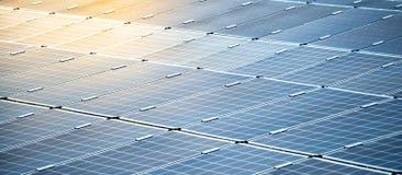 Pannelli solari in centrale elettrica solare fotografia stock libera da diritti