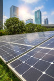 Pannelli solari in città moderna Fotografia Stock