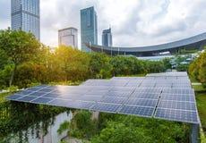 Pannelli solari in città moderna Immagine Stock