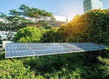Pannelli solari in città moderna Immagini Stock
