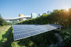 Pannelli solari in città moderna Fotografie Stock Libere da Diritti