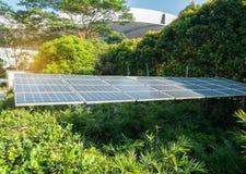 Pannelli solari in città moderna immagine stock libera da diritti