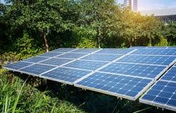Pannelli solari in città moderna fotografie stock