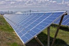 Pannelli solari con il cielo soleggiato Fotografia Stock