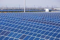 Pannelli solari con il cielo soleggiato Immagini Stock Libere da Diritti