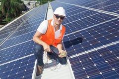 Pannelli solari con il tecnico Fotografie Stock Libere da Diritti