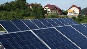 Pannelli solari con la natura nella parte posteriore stock footage