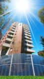 Pannelli solari davanti ad una costruzione di appartamento fotografia stock libera da diritti