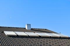 Pannelli solari dell'acqua calda sul tetto della casa immagini stock