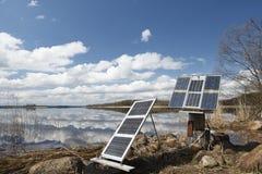 Pannelli solari di campeggio sulla riva Fotografia Stock Libera da Diritti