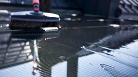 Pannelli solari di pulizia sul tetto archivi video