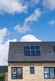 Pannelli solari domestici sul tetto delle case recentemente costruite Immagine Stock
