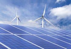 Pannelli solari e generatori eolici nella stazione ibrida dei sistemi della centrale elettrica Immagini Stock