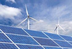 Pannelli solari e generatori eolici nella stazione ibrida dei sistemi della centrale elettrica Fotografie Stock