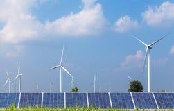 Pannelli solari e generatori eolici nella stazione ibrida dei sistemi della centrale elettrica Fotografia Stock Libera da Diritti
