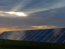 Pannelli solari e raggi di sole Immagini Stock Libere da Diritti