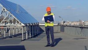 Pannelli solari e un ingegnere che sta su  Concetto a energia solare Concetto di conservazione di potere di ecologia stock footage