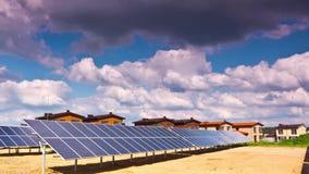Pannelli solari e villaggio moderno video d archivio