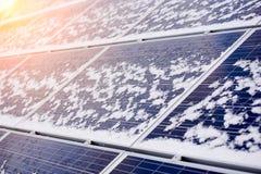 Pannelli solari fotovoltaici coperti di neve sopra la casa moderna Immagine Stock Libera da Diritti