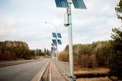 pannelli solari nel ponte della foresta e fiume in primavera ecologia immagini stock libere da diritti